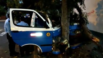 Trujillo: combi se despista y choca contra un árbol