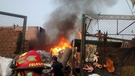 Trujillo: incendio arrasa con material de reciclaje en corralón