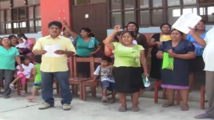 Padres de familia protestan rechazando retorno de directora