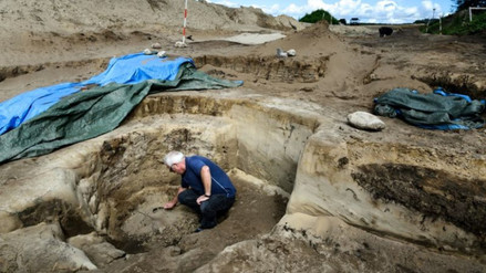 Arqueólogos hallan un pozo con huesos quemados en Dinamarca