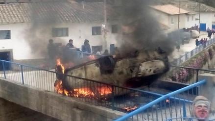 Enardecidos comuneros casi linchan a presuntos ladrones y queman sus vehículos