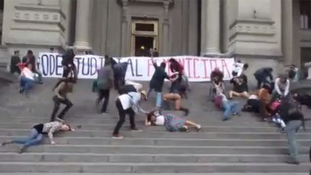 Facebook: escenifican casos de violencia de género frente al Palacio de Justicia