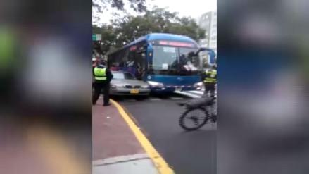 San Isidro: bus del corredor azul choca con auto en Av. Pershing