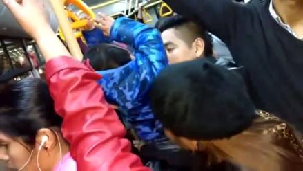 WhatsApp: Padre con niño en brazos viaja parado en el Metropolitano