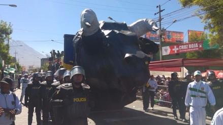Miles de personas participan en corso por aniversario de Arequipa