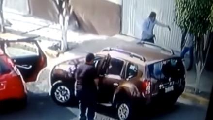 YouTube: mujer logra rescatar a sus hijos antes de sufrir el robo de su camioneta