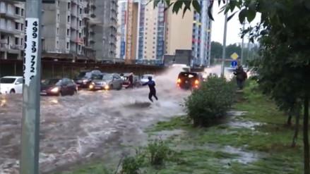 YouTube: aprovechó las inundaciones que sufre Moscú para esquiar en la calle