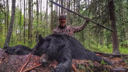 Youtube: cazador mató a un oso con una lanza y ahora recibe amenazas