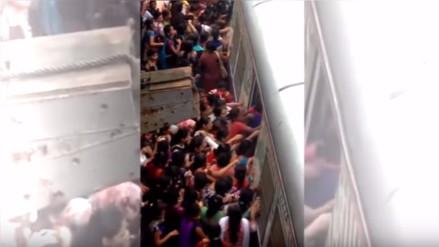 Empujones y golpes, todo vale para subir a un tren en la India