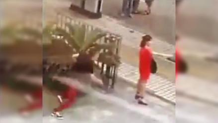 YouTube: salvan a mujer de suicidarse con un cuchillo en plena calle de China
