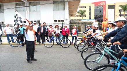 Jueces participan en bicicleteada por la defensa del medio ambiente