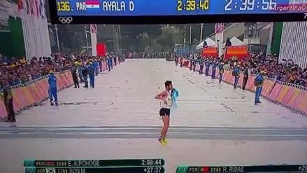 Río 2016: atleta conmueve al mundo por cruzar la meta saltando de costado
