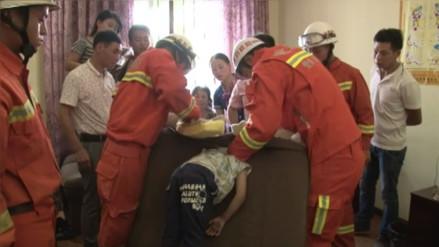 YouTube: bomberos tuvieron que rescatar a un niño atrapado en un sofá