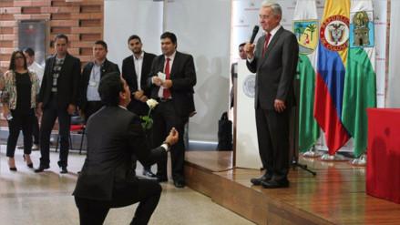 De rodillas y con flores piden a expresidente de Colombia casarse con la paz