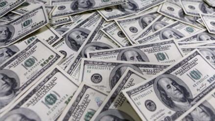 Dólar opera al alza por retroceso en el precio del cobre