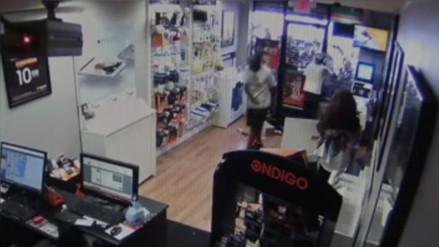 YouTube: dos ladrones son ridiculizados al quedar atrapados en una tienda