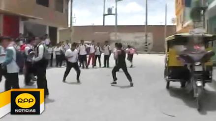 Escolares tumbesinos pelean y generan escándalo en la vía pública