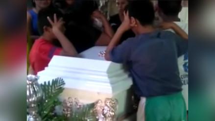 Velan los restos de fallecidos tras despiste de tráiler en Abancay