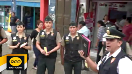 Policías de Tumbes recorren las calles predicando el evangelio