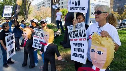 Latinos protestan en Los Ángeles golpeando piñatas de Donald Trump