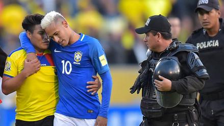 Fotos: el gran gesto de Neymar con un fanático ecuatoriano