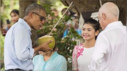 Fotos: Barack Obama paseó descalzo y bebió de un coco en Laos