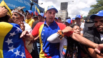 Capriles denuncia que grupo armado lo retuvo en aeropuerto venezolano