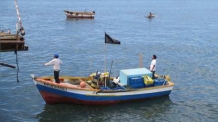 Armada de Chile intercepta en sus costas a embarcación peruana