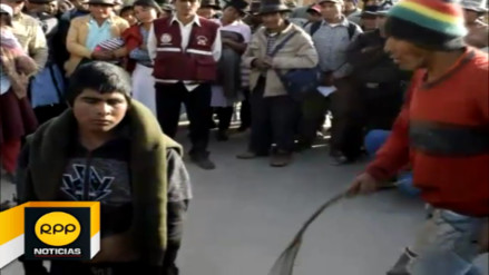 Padre azota a hijo en plaza por robar tractor agrícola en Ayacucho