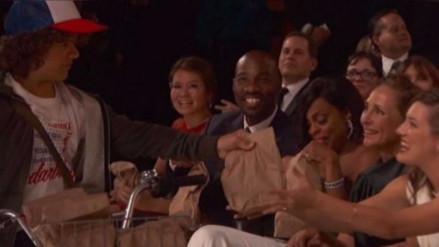 Actores de Stranger Things repartieron sánguches durante los Premios Emmy