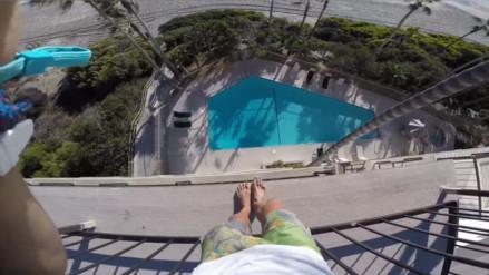 Se lanzó desde el quinto piso de un hotel a una piscina y lo grabó todo