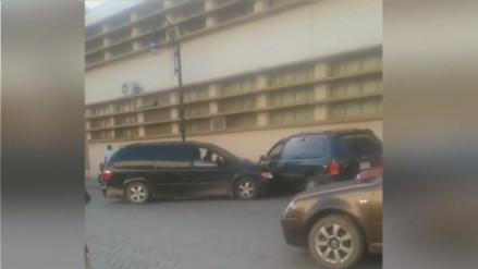 YouTube: mujer choca la camioneta de su expareja al encontrarlo con otra