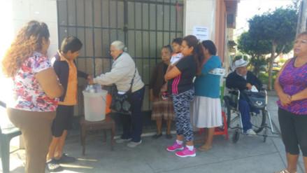 Beneficiarios del Vaso de Leche reciben raciones en la calle