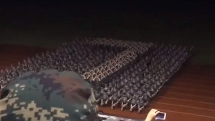 Sorprendente coreografía sincronizada de las 'niñas militares' en China