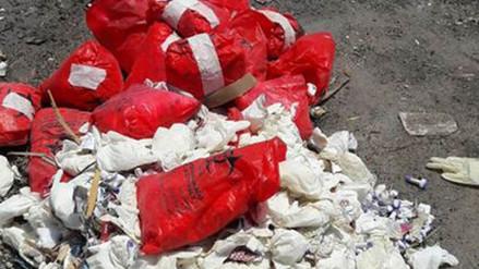 Chimbote: hallan material quirúrgico arrojado en plena vía pública