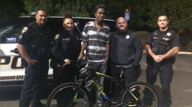 Un grupo de policías le regala una bicicleta a joven afroamericano