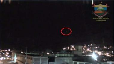 Cámaras de seguridad captan objeto extraño en el cielo