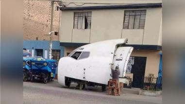 Facebook: una parte de un avión Boeing 737 se luce en calle de Lima