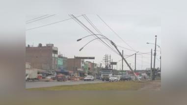Postes de luz sostenidos por cables ponen en peligro a conductores en el Callao