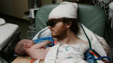 Facebook: padre con cáncer terminal lograr asistir al nacimiento de su hijo