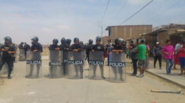 Policía desaloja a más de 400 familias en distrito Veintiséis de Octubre