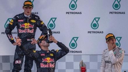 Daniel Ricciardo ganó el GP de Malasia y celebró bebiendo champagne de su zapatilla