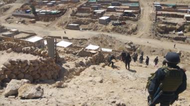 Unos 100 policías participan en desalojo de invasores