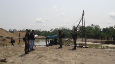 Destruyen 20 dragas de minería ilegal en río Pachitea