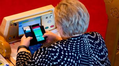 Primera ministra de Noruega fue atrapada jugando Pokémon Go en el Parlamento