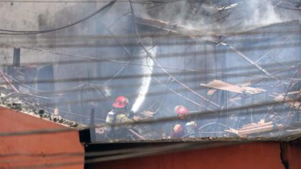 Incendio consume ferretería y deja dos bomberos heridos en Breña