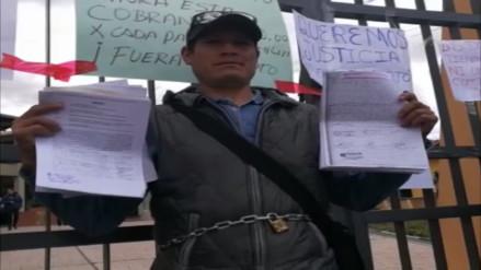 Padres se encadenan a puerta de colegio del Cusco exigiendo salida de director