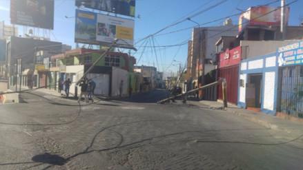 Accidente ocasiona la caída de tres postes en la avenida Ejército