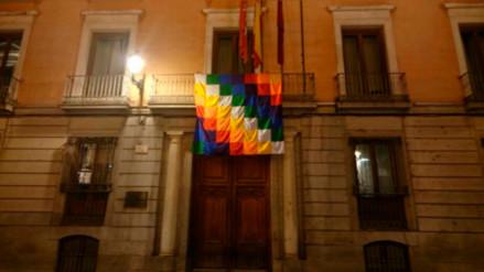 Colocan una bandera indígena en Madrid con motivo del Descubrimiento de América