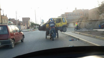 Facebook: dos hombres transportan un auto 'Tico' y a su chofer en un triciclo